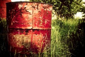 Red garbage can v.2 - Unsplash -  Aleks Dorohovich